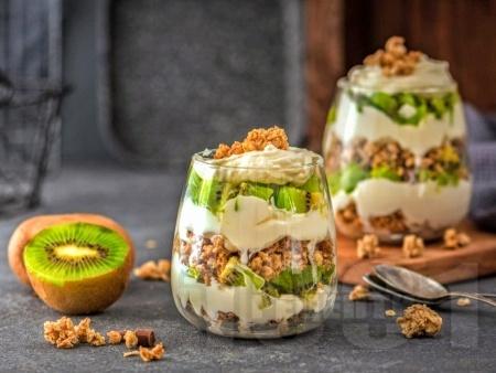 Гранола с киви и извара в чаши – за закуска и десерт - снимка на рецептата